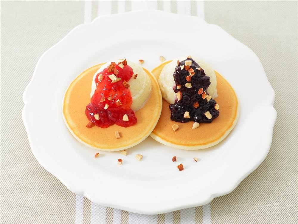 写真:2種のベリーとアイスクリームのパンケーキ