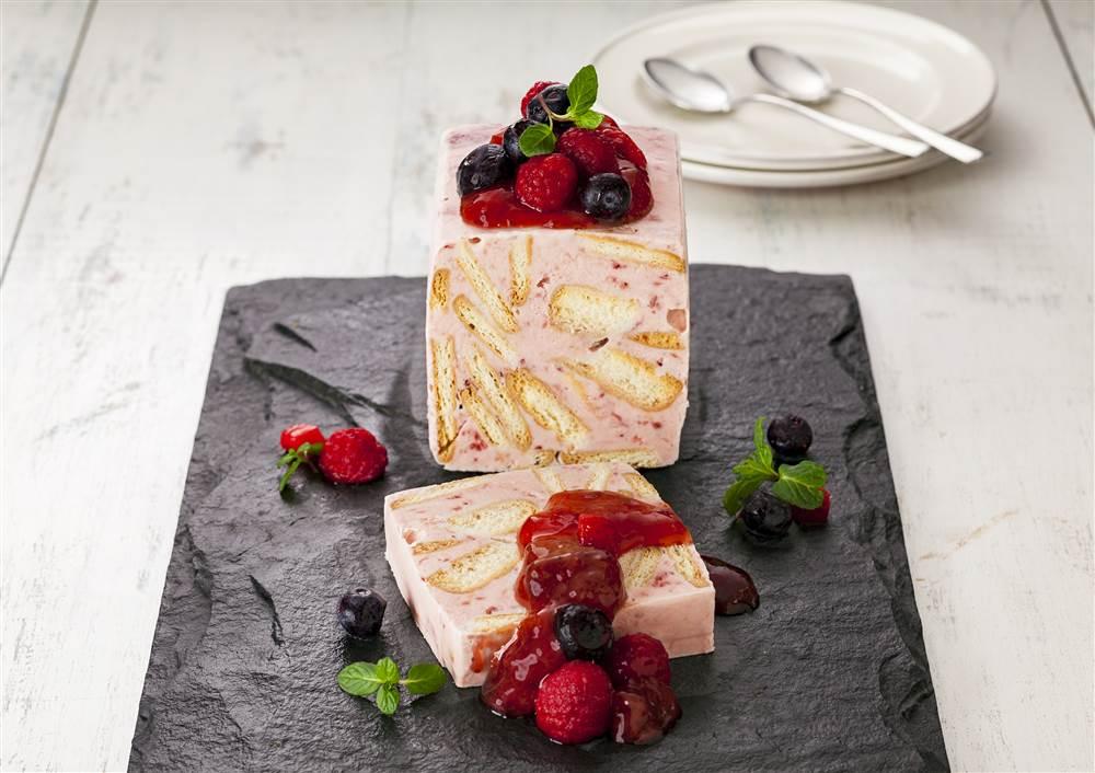 写真:いちごとビスケットのアイスケーキ