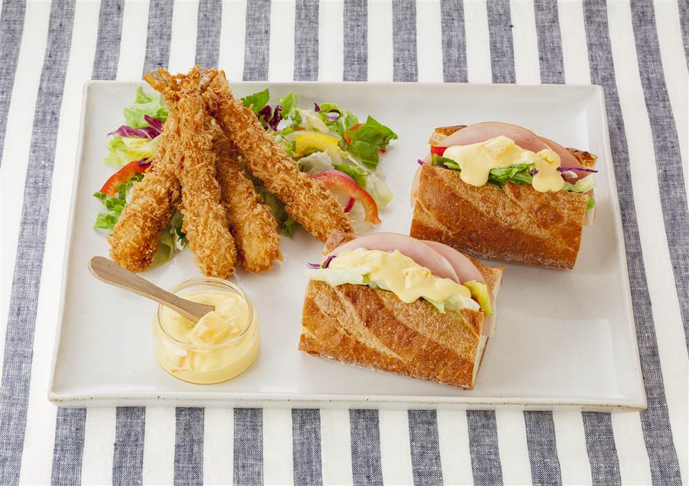 写真:マンゴーマヨのサンドイッチ&エビフライ