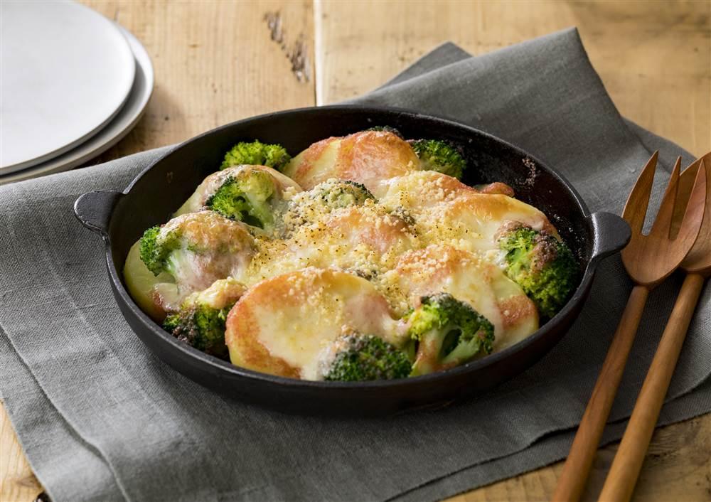 写真:じゃがいもとブロッコリーの明太チーズ焼き