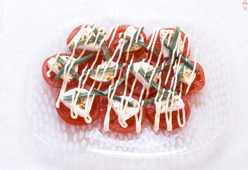 写真:トマトとモッツァレラの線描きサラダ