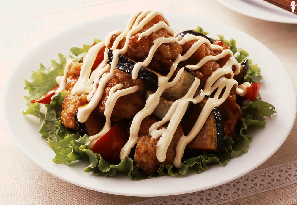 写真:彩り夏野菜とから揚げのサラダ