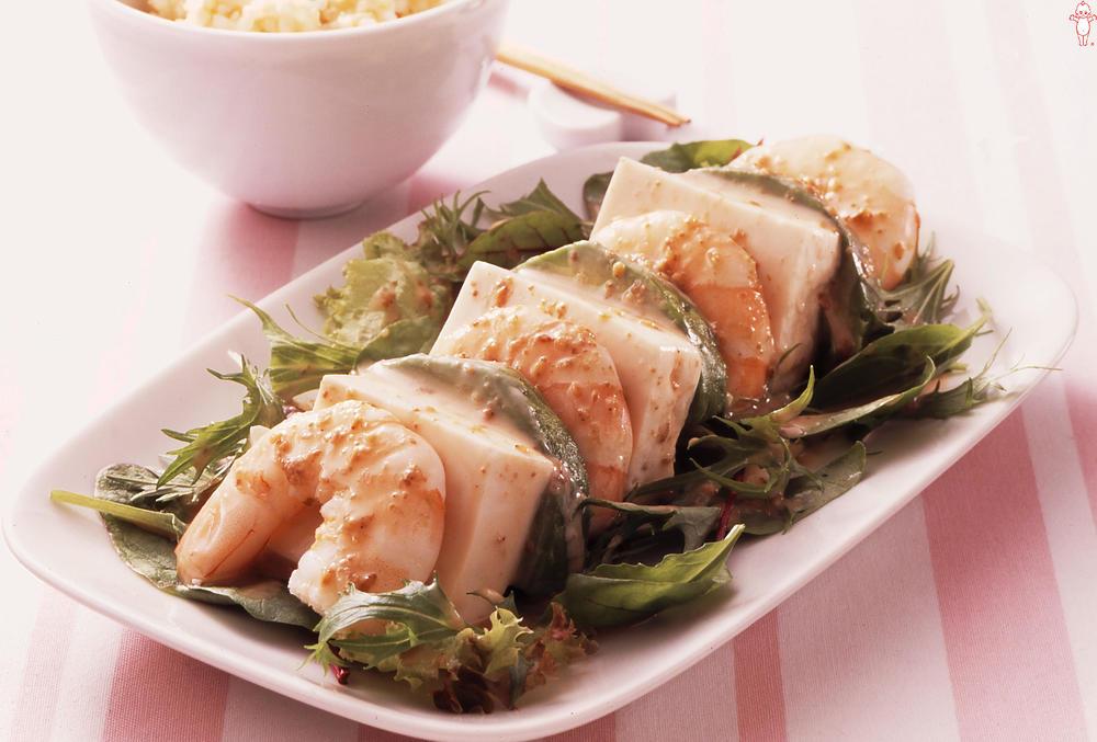 写真:アボカドとえびのカプレーゼ風サラダ