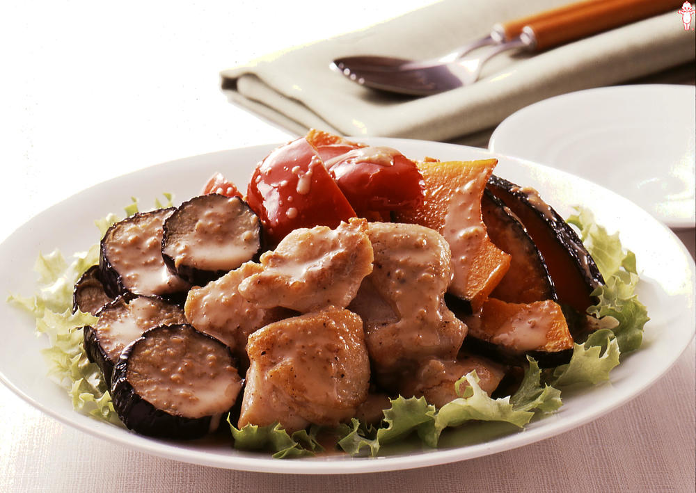 写真:夏野菜フライとチキンの彩りサラダ