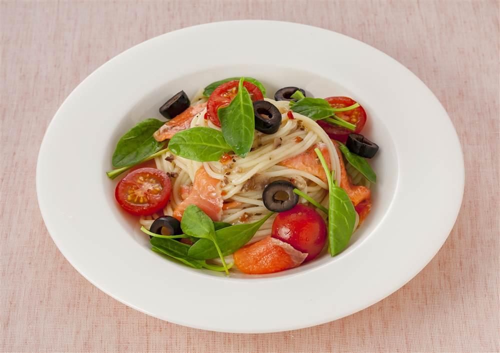 写真:サラダほうれん草とスモークサーモンの冷製パスタ