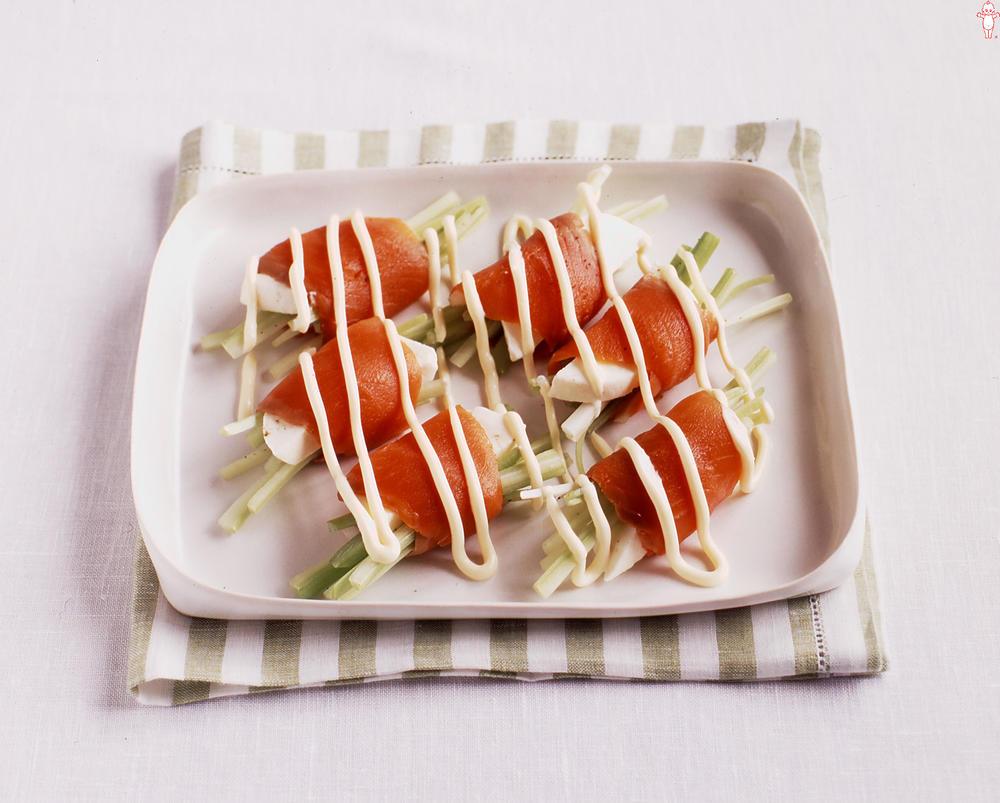 写真:セロリとモッツァレラのサーモン巻きサラダ