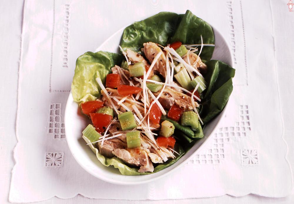 写真:セロリと茹で鶏の和風香味サラダ