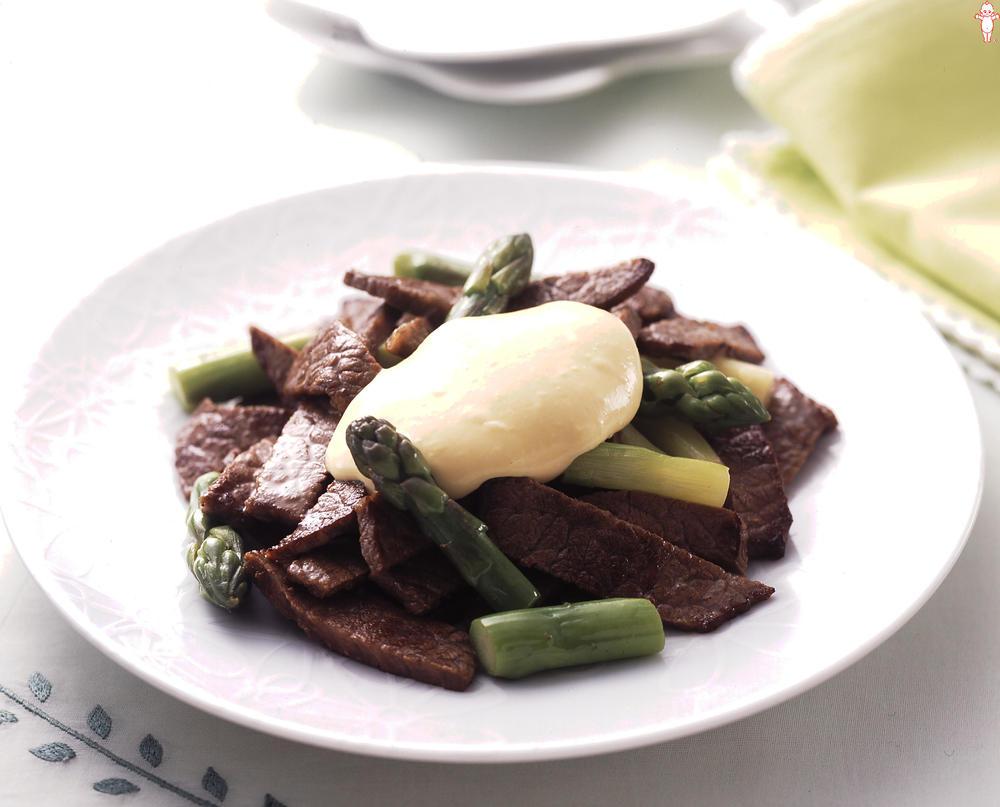 写真:アスパラガスと牛肉の味噌マヨソース