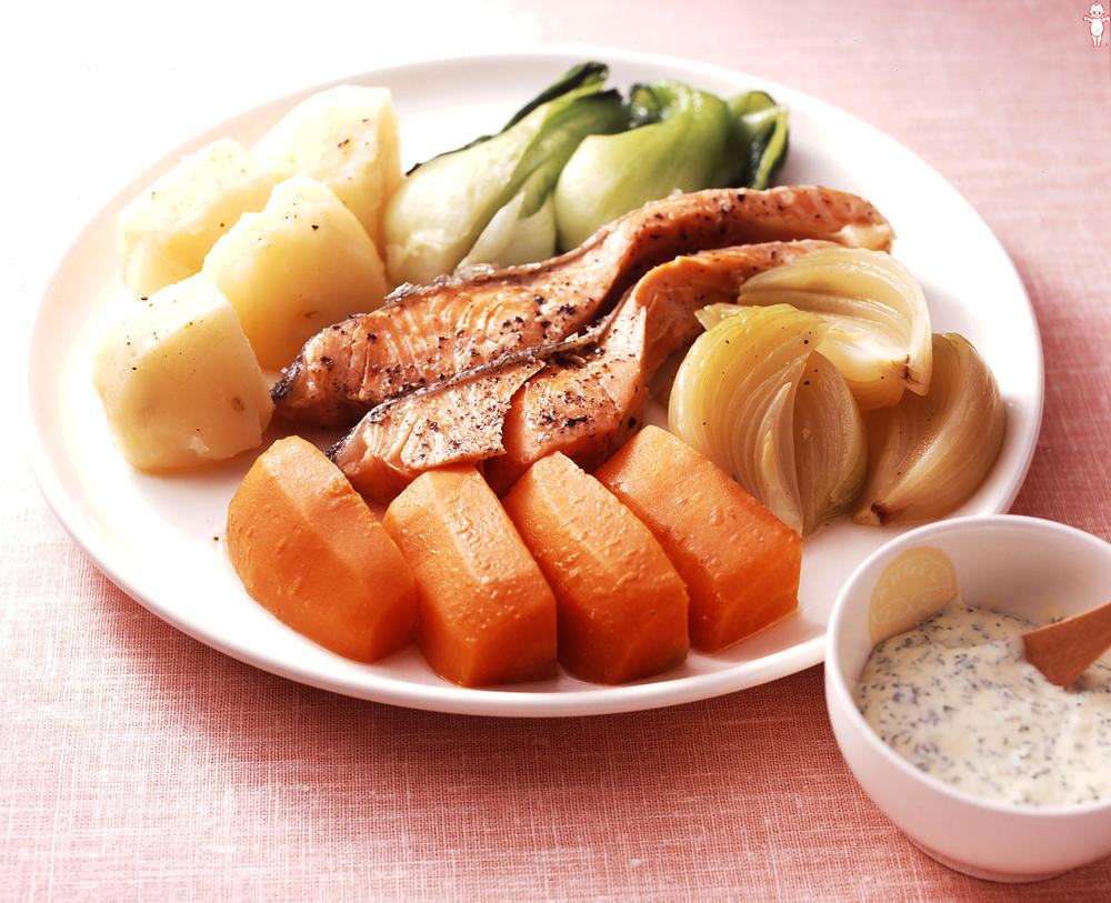写真:野菜と鮭の蒸しゆで ディップソース