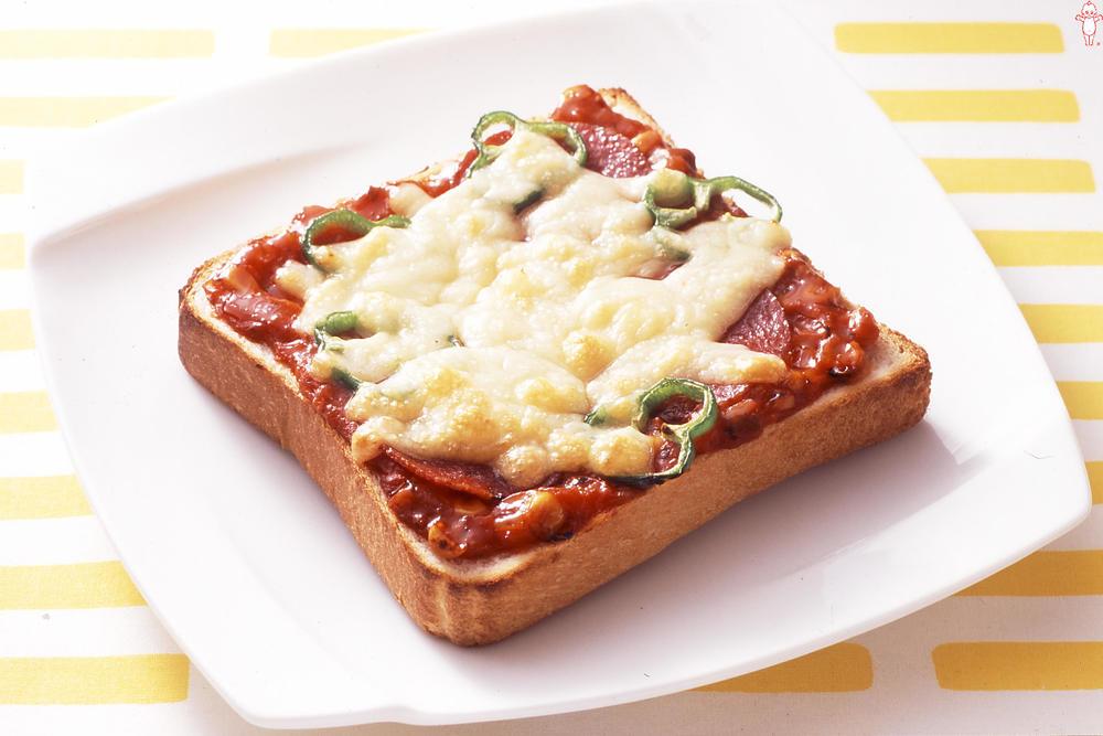 写真:ピーマンとサラミのピザトースト