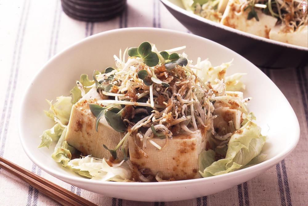 写真:レタスとカリカリじゃこと豆腐のサラダ