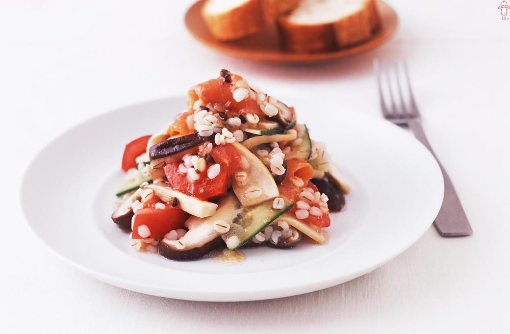写真:きのことスモークサーモンの雑穀サラダ