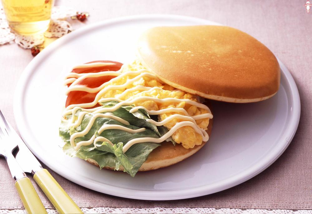 写真:スクランブルエッグのサラダパンケーキ