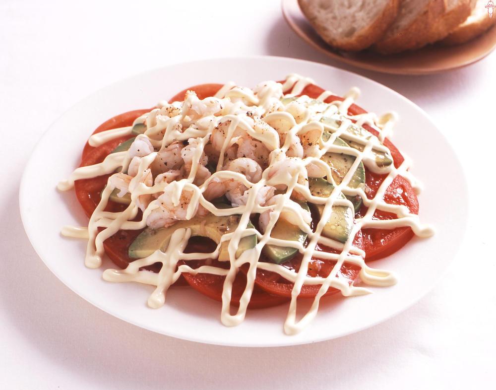 写真:トマトとアボカドの線描きサラダ