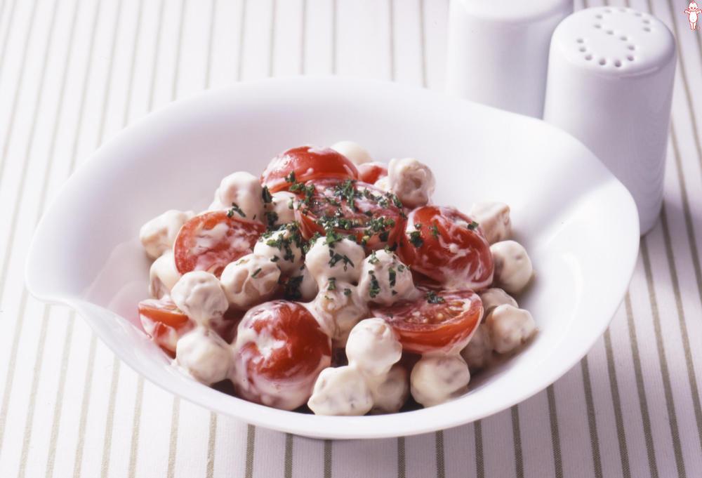 写真:ガルバンゾとプチトマトのサラダ