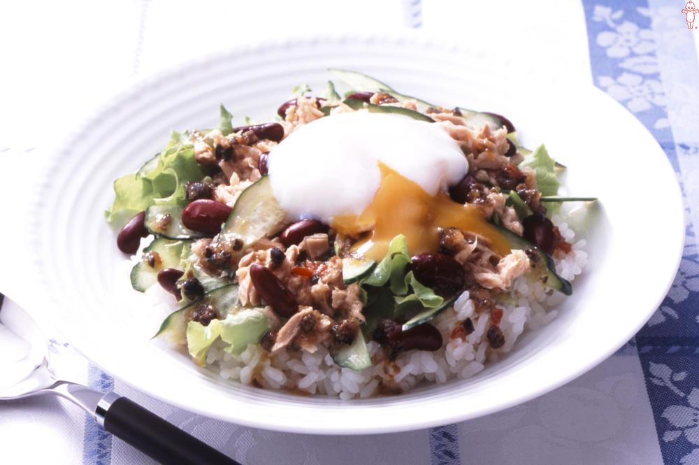 写真:ツナと半熟卵のサラダごはん
