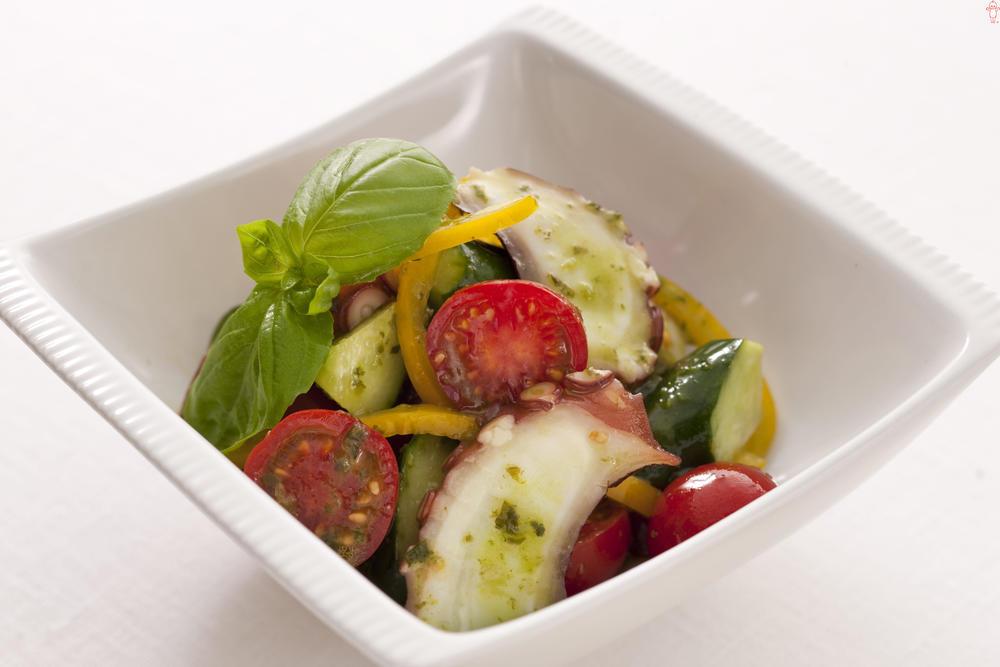 写真:たことカラフル野菜のバジルソース和え