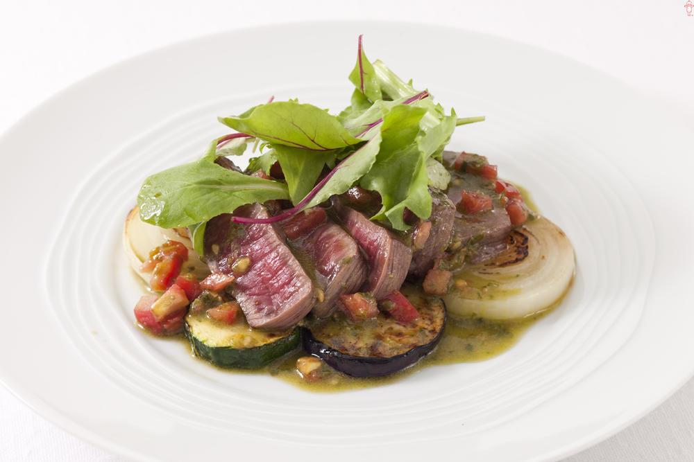 写真:ステーキとグリル野菜のバジルソースがけ