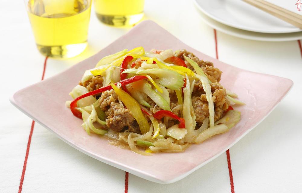 写真:鶏のから揚げと彩り野菜の南蛮風サラダ
