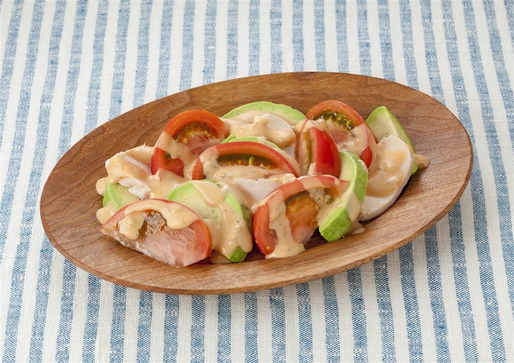 写真:トマトとアボカドのサラダ