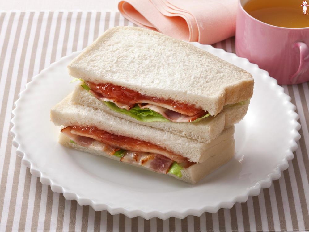 写真:イチジクとベーコンのサンドイッチ
