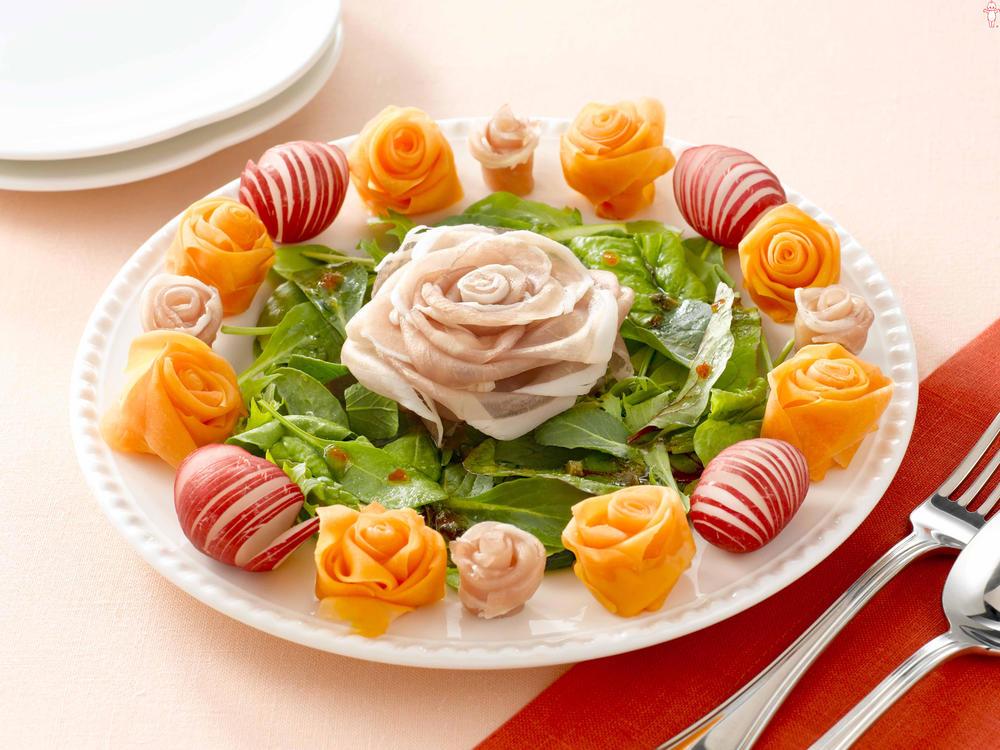 写真:生ハムのローズサラダ