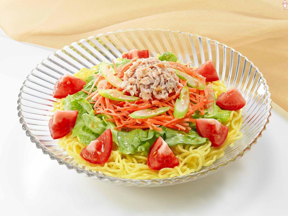 写真:トマトとツナのサラダラーメン