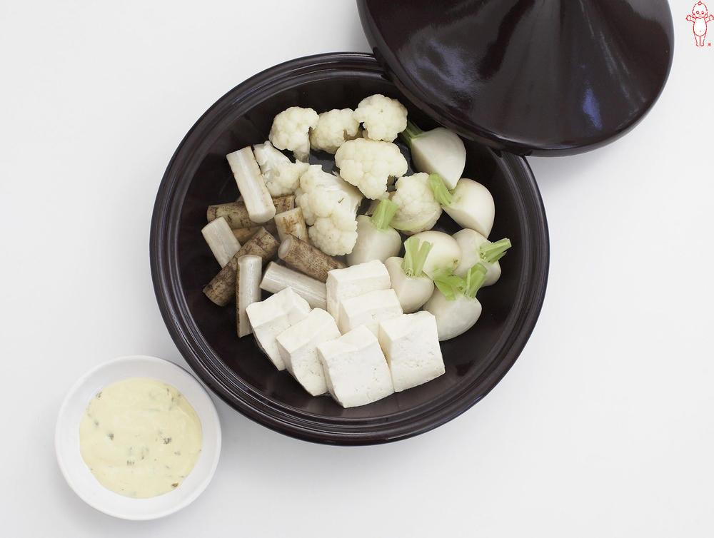 写真:根菜と豆腐の蒸しサラダ アンチョビーマヨディップ