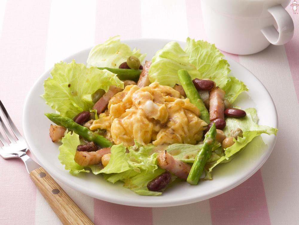 写真:グリーンアスパラガスと厚切りベーコンのエッグサラダ