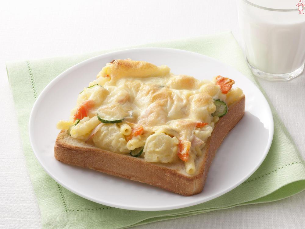 写真:ポテトサラダが大活躍!ポテマカチーズトースト