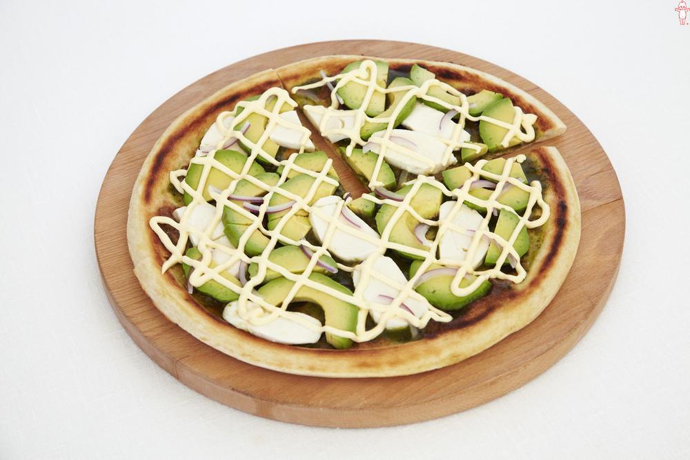 写真:アボカドのサラダピザ
