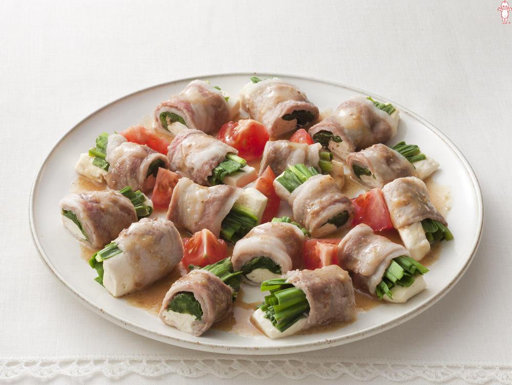 写真:レンジでかんたん!にらと豆腐の豚肉巻きサラダ