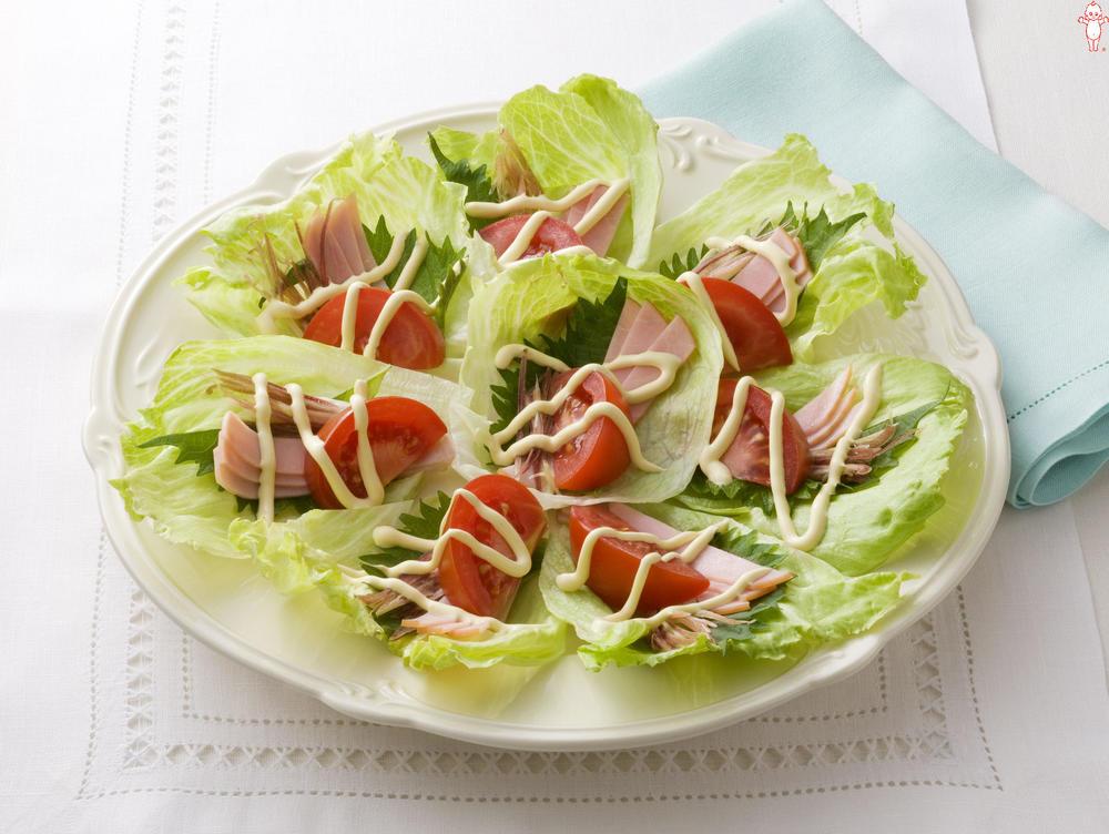 写真:トマトとみょうがのレタス巻きサラダ