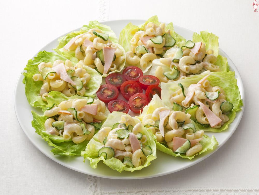 写真:きゅうりとマカロニのレタス巻きサラダ