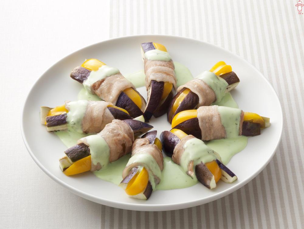 写真:レンジでかんたん!なすと黄パプリカの豚肉巻きサラダ