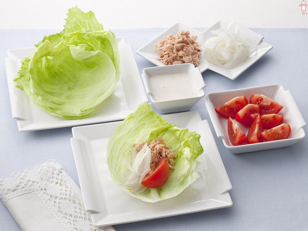 写真:トマトと玉ねぎのレタス巻きサラダ