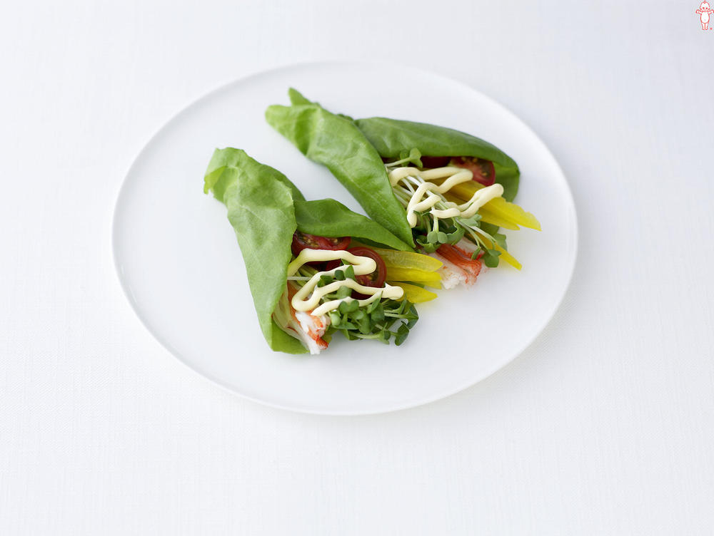 写真:ミニトマトとかにかまのサラダ菜巻きサラダ
