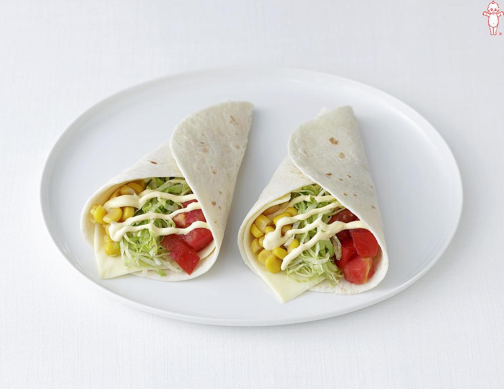 写真:トマトとコーンとチーズのトルティーヤ巻きサラダ