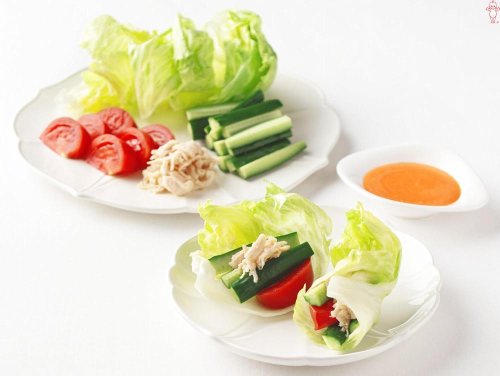 写真:きゅうりとチキンささみのレタス巻きサラダ