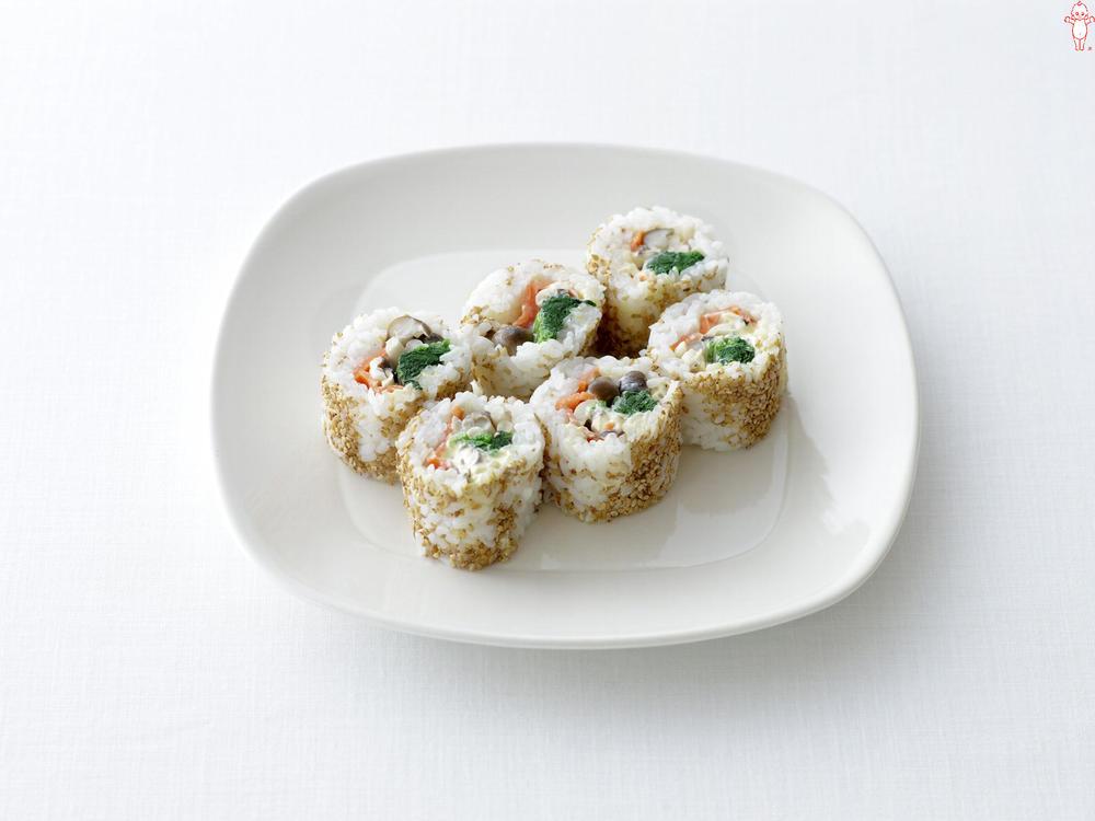 写真:きのことスモークサーモンのご飯巻きサラダ