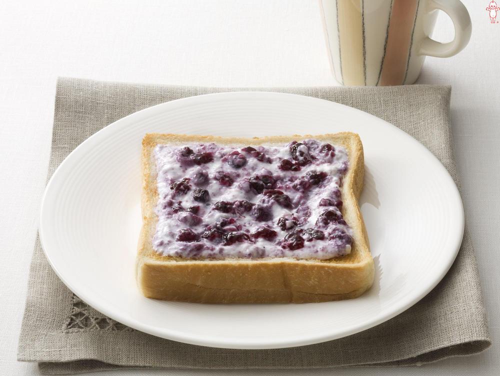 写真:ブルーベリージャムのヨーグルトパン