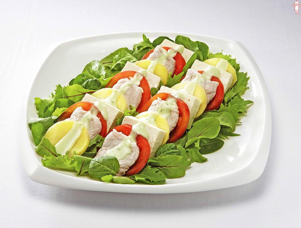 写真:豚肉と豆腐のカプレーゼ風サラダ