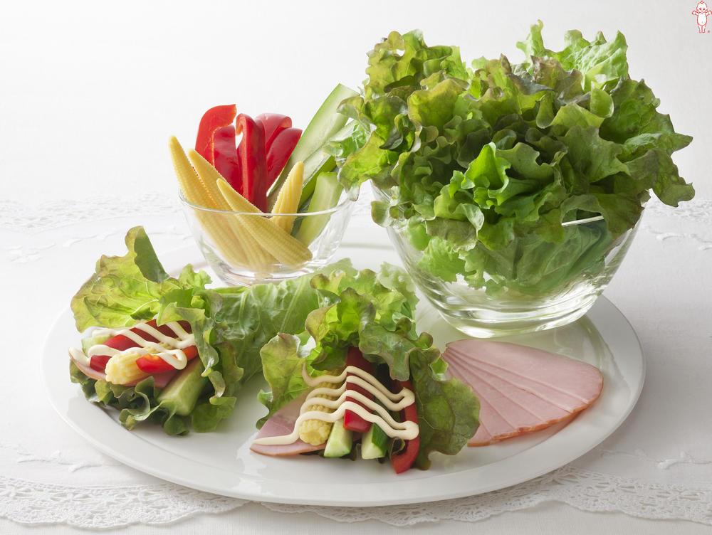 写真:ヤングコーンときゅうりのサニーレタス巻きサラダ