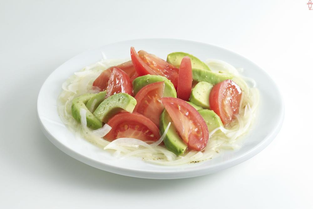 写真:トマトとアボカドのさっぱりサラダ