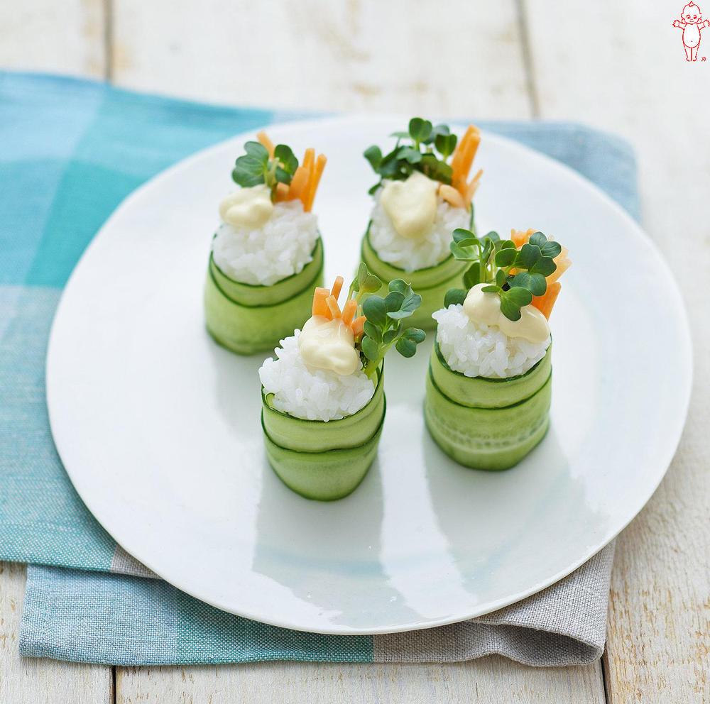 写真:すし飯と貝割大根のきゅうり巻きサラダ