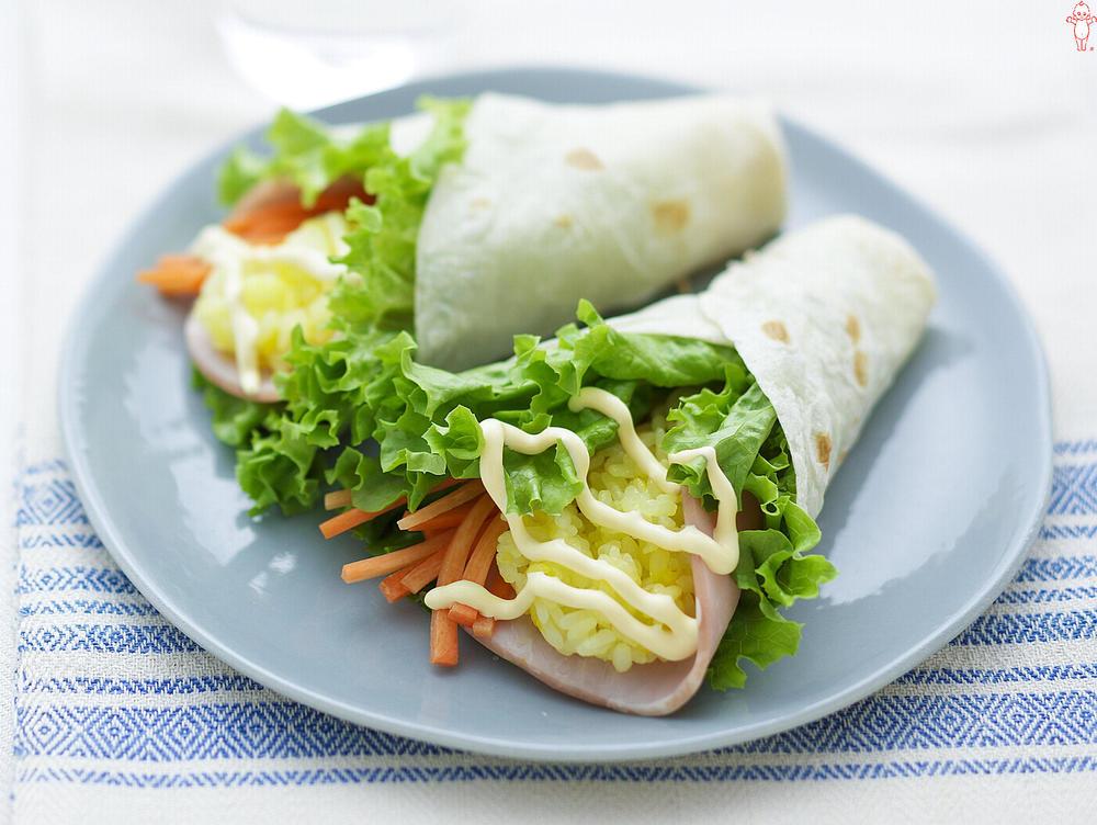 写真:サフランライスとリーフレタスのトルティーヤ巻きサラダ