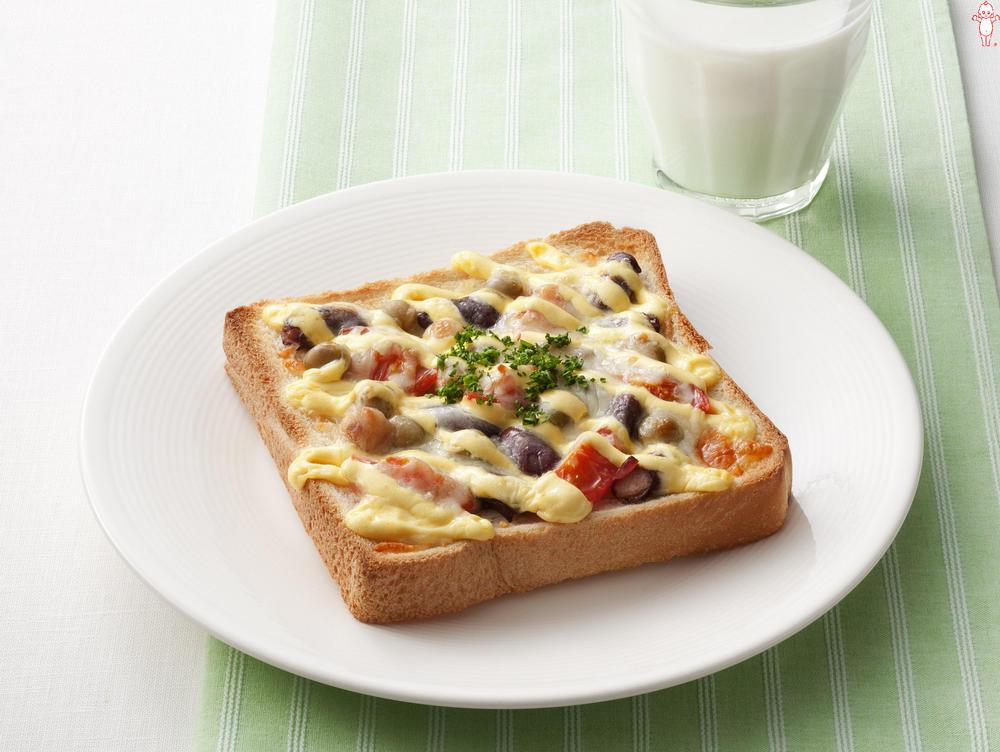 写真:ミックスビーンズとプチトマトのチーズトースト