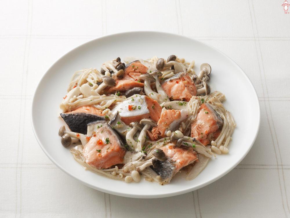 写真:レンジでかんたん!きのこと鮭の蒸しサラダ