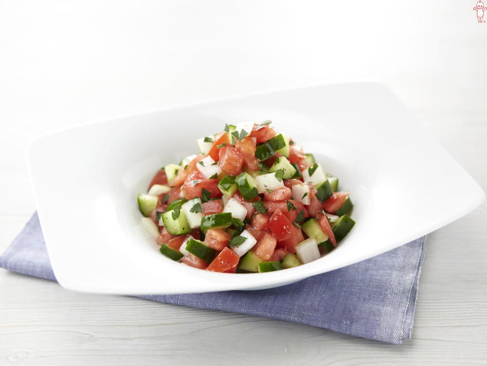 写真:トマトと玉ねぎときゅうりのサラダ