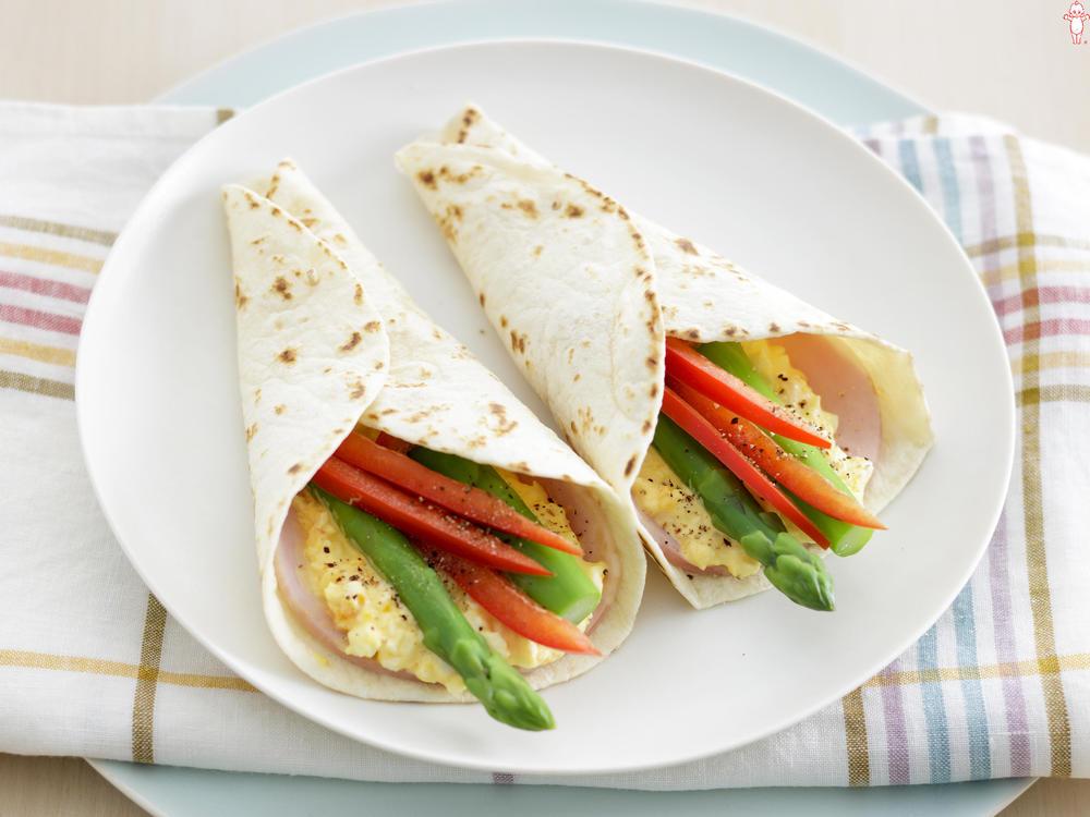 写真:卵とアスパラガスのトルティーヤ巻きサラダ